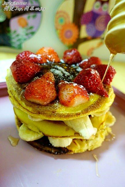 [幼兒食譜]騙小孩專用甜點DIY~草莓香蕉豆乳鬆餅,討喜好吃又健康( LE CREUSET 16CM平底鑄鐵鍋開箱)
