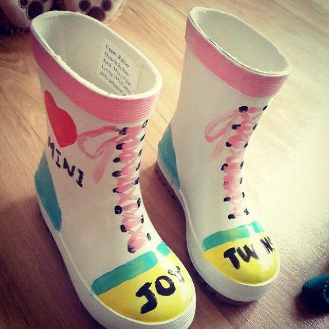 超可愛的彩繪雨靴,一起來盡情揮灑色彩當個小藝術家吧!