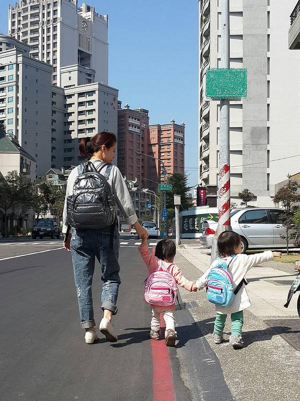 [育兒好物]滿福寶繽紛馬卡龍系列空氣媽媽包&空氣後背童童包,安心出門好選擇